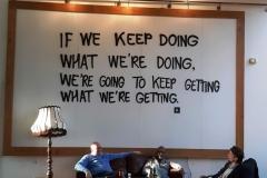 napis na steni - coworking prostor